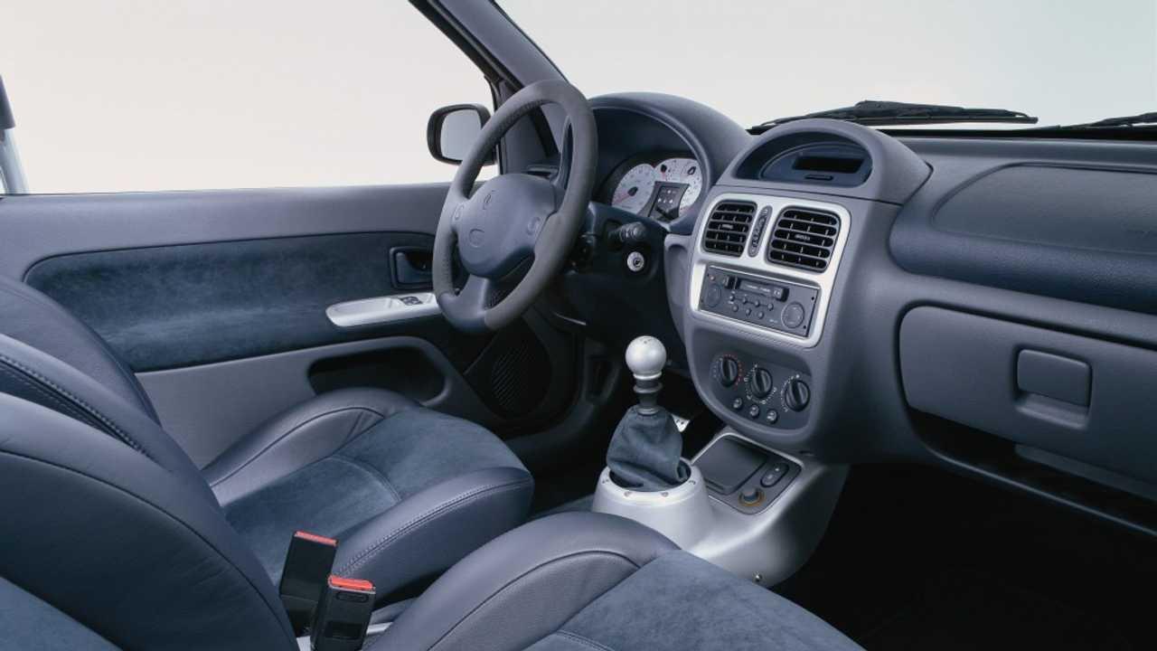 Renault Clio V6 2001: habitáculo sencillo