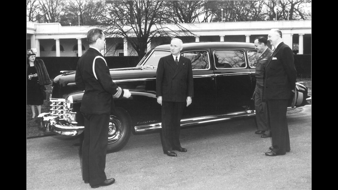 1947: Präsident Truman (1945 bis 1953) vor einem großen, geschlossenen Cadillac.