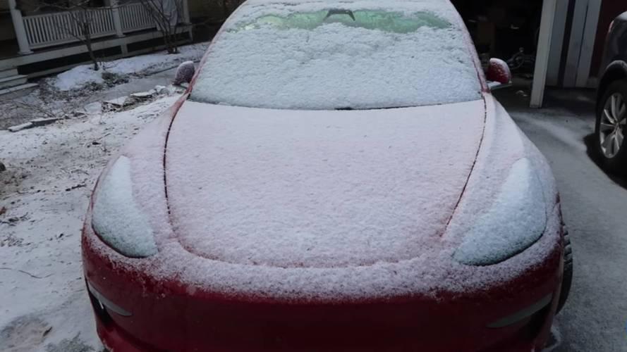Karlı bir havada Tesla Model 3 dışarıda bırakılırsa ne olur?