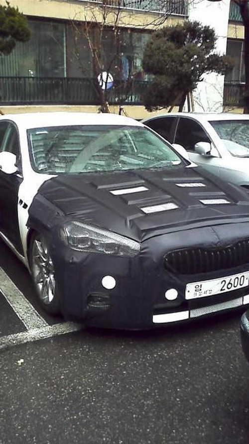 New Kia K9 revealed on the road completely undisguised [video]
