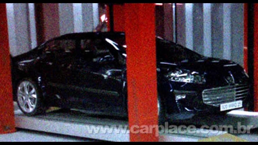 Novo Peugeot 408 é flagrado - Modelo deve ser apresentado em Genebra