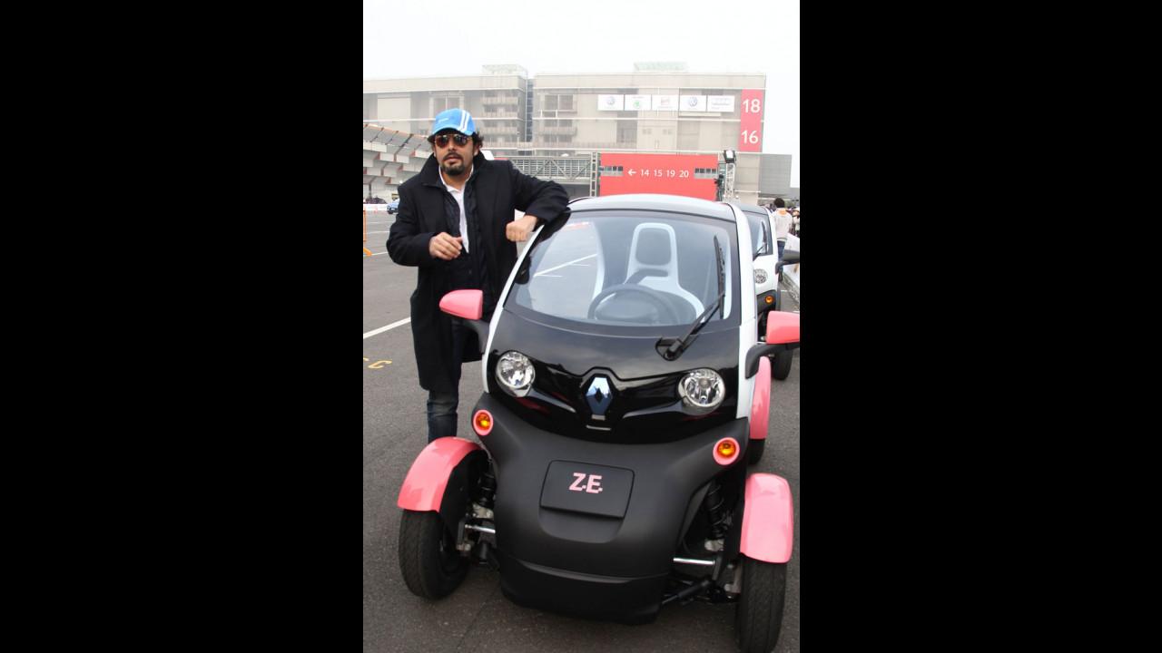 Enrico Brignano prova la Renault Twizy
