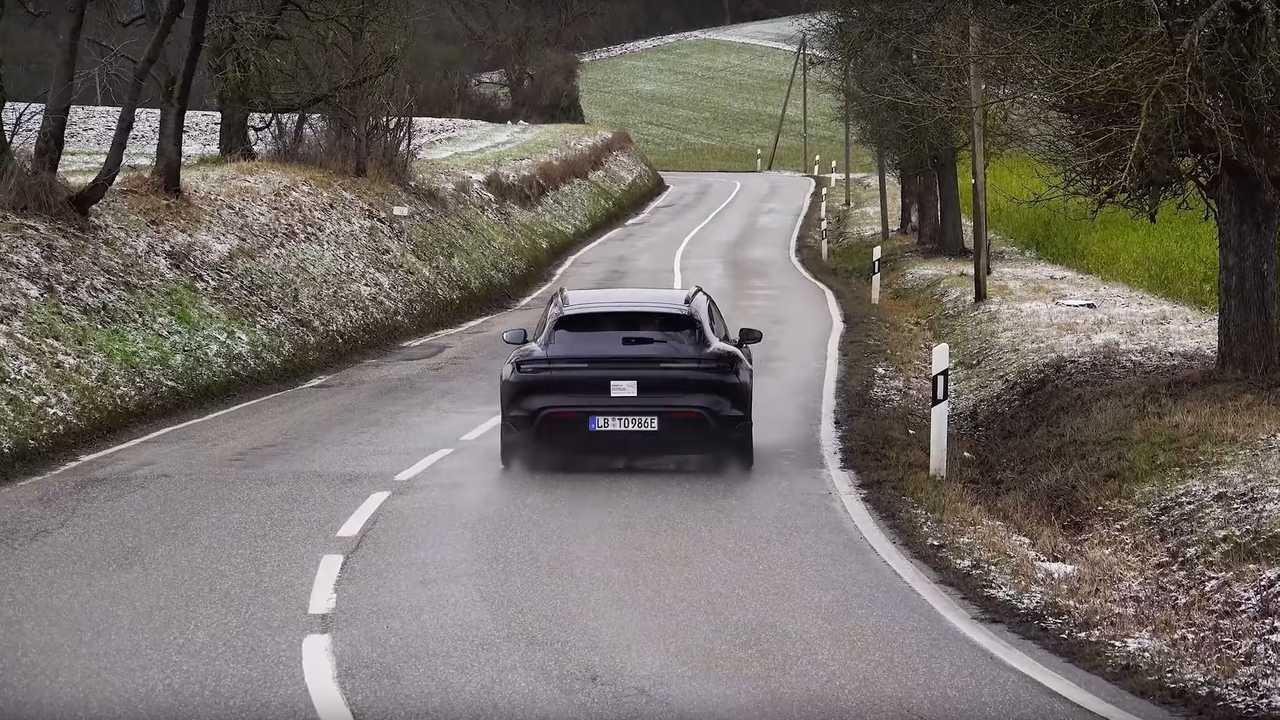 Замаскированный Porsche Taycan Cross Turismo выезжает на дорогу