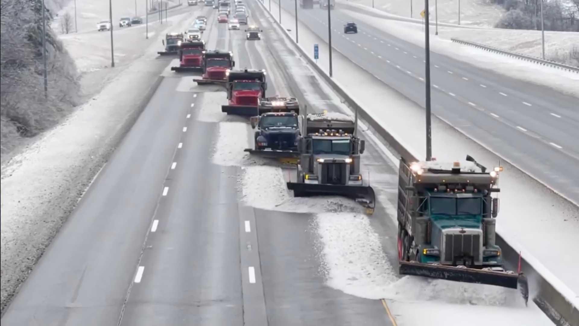 Посмотрите, как синхронизированные снегоочистители расчищают трехполосное шоссе Кентукки