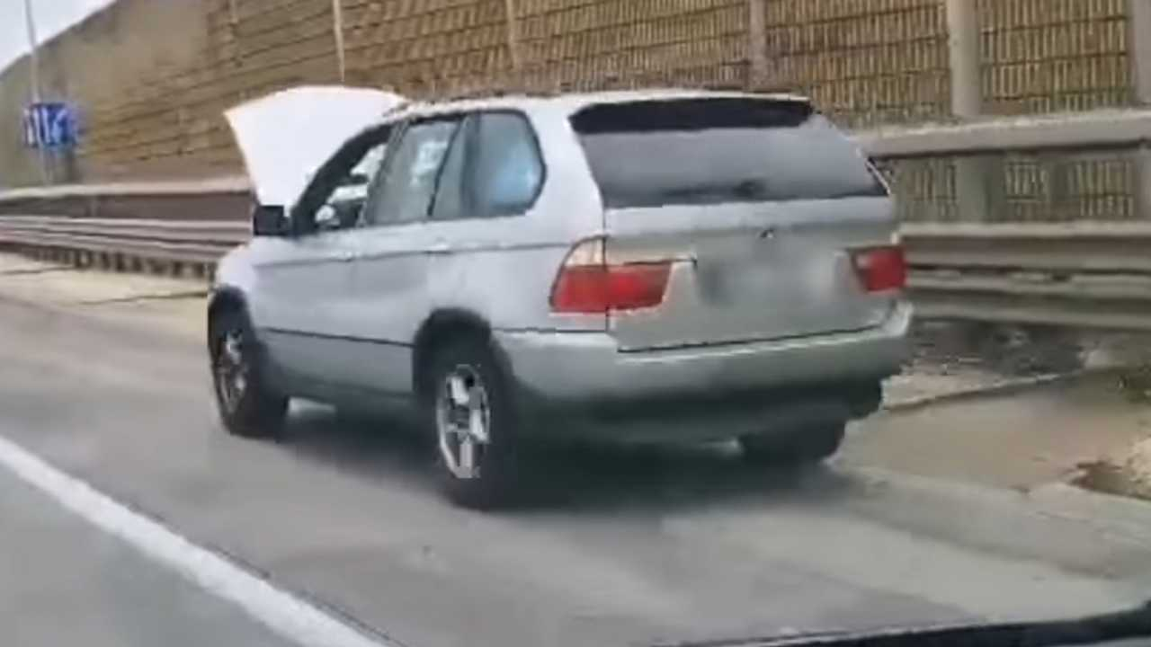 BMW nyitott motorháztetővel