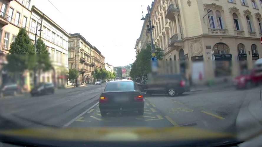 Téboly a Vámház körúton: nagy sebességgel csapódott autónak egy motoros