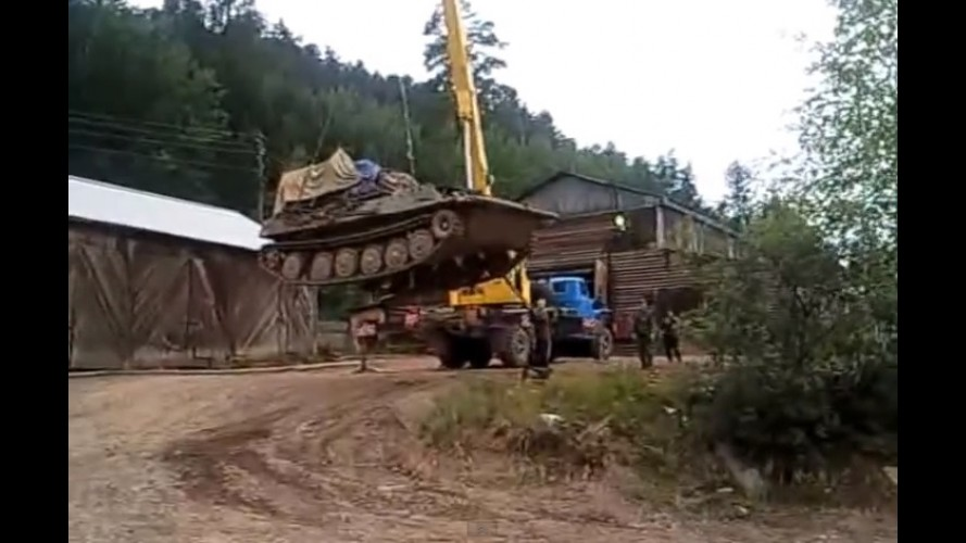 Vídeo: guindaste tomba ao tentar transportar tanque militar na Rússia