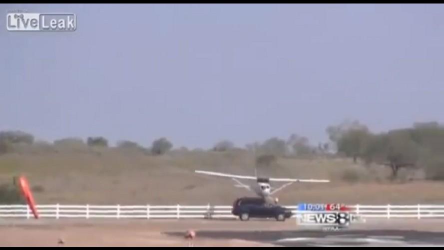 VÍDEO: Carro quase é esmagado por avião nos EUA