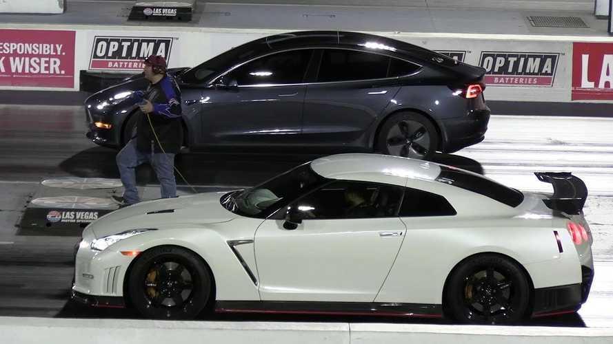 Videó: Mit tud kezdeni a Nissan GT-R egy Tesla Model 3-mal?
