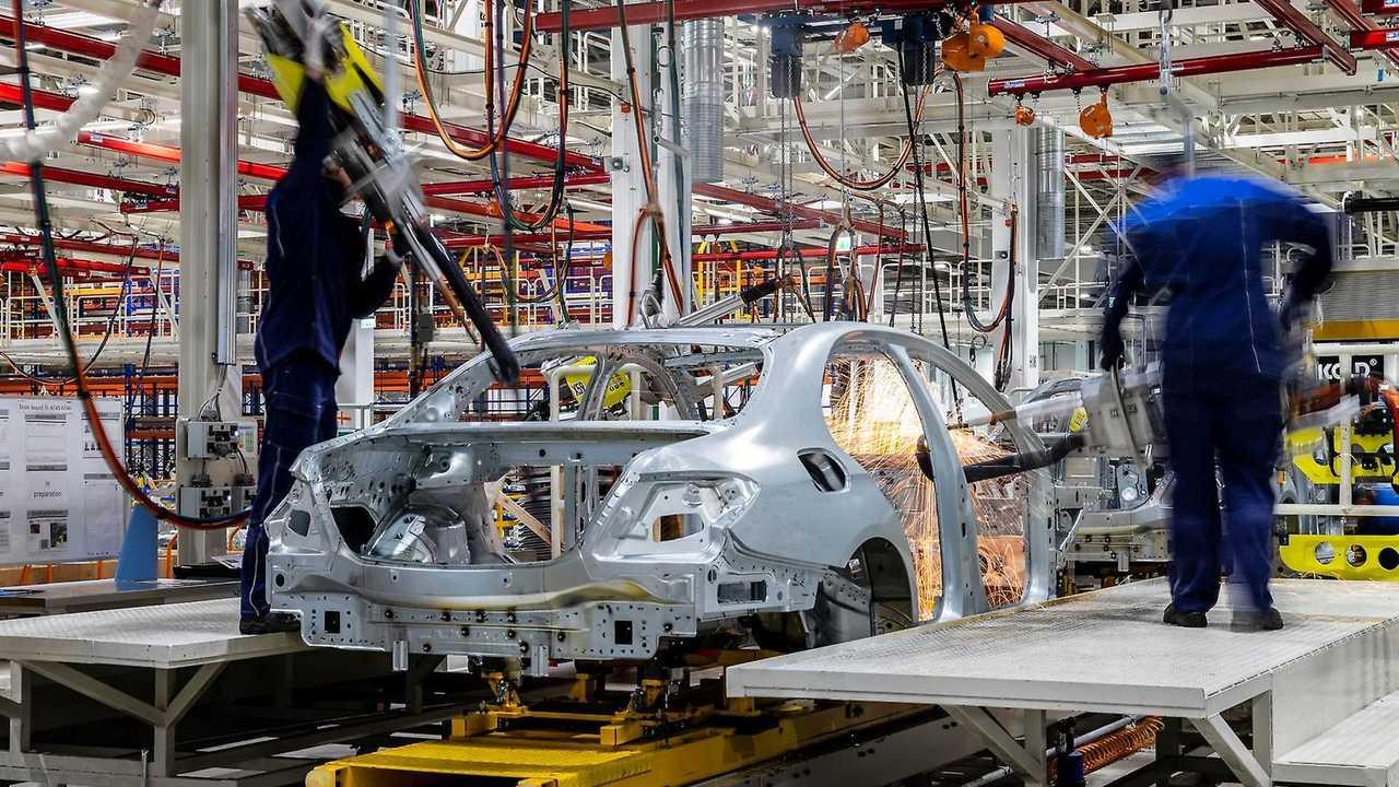 La produzione in una fabbrica Mercedes