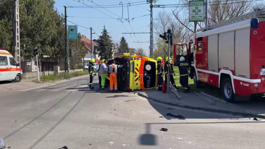Mentőautóval ütközött az Audi, kiderült, hogy nincs rendszáma