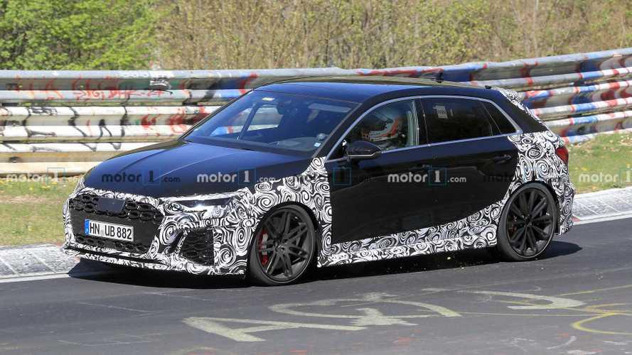 Audi RS3 geniş çamurluklarıyla Ring'de