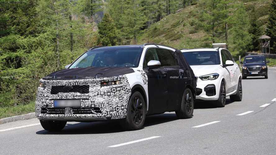 Flagra inusitado: Novo Kia Sorento 2020 reboca BMW X5 durante testes