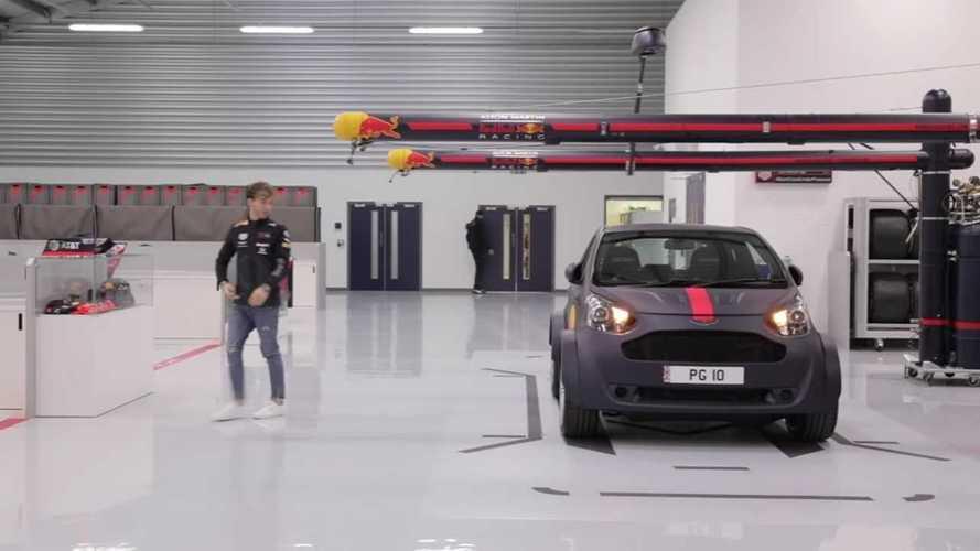 Egy F1-versenyző V8-as kisautóval érkezik az új munkahelyére