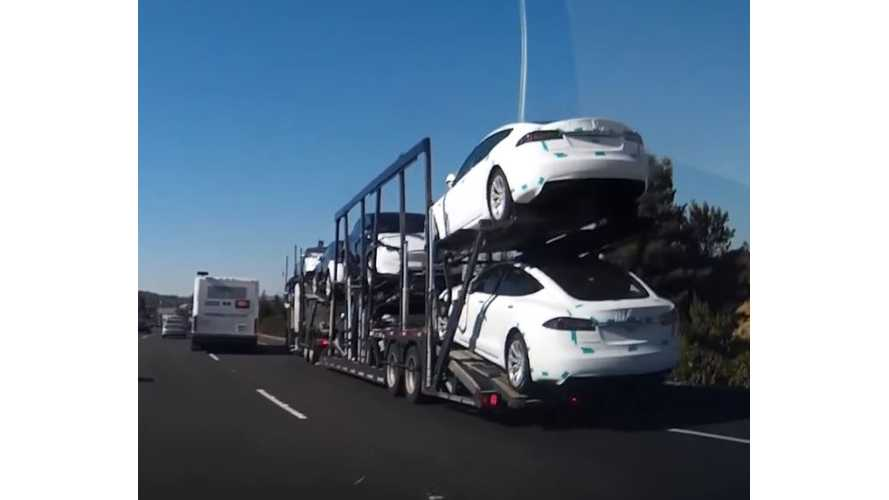 Car Hauler Full of Tesla Vehicles Nearly Hit By Bus - Video