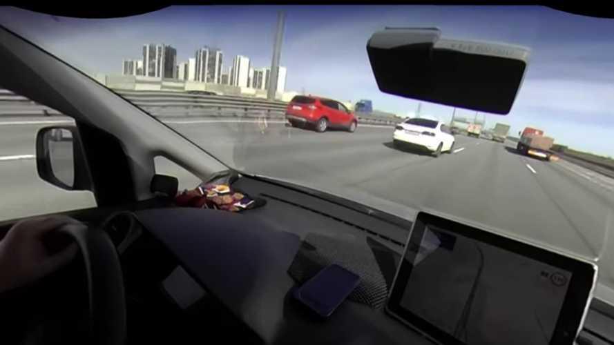 Teherautók között próbált szlalomozni az orosz Volkswagenes, mondanunk sem kell, hogy nem lett jó vége