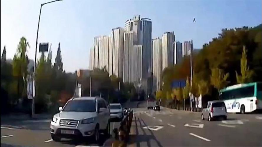 Folle corsa nel traffico coreano, ma non è un videogame [VIDEO]