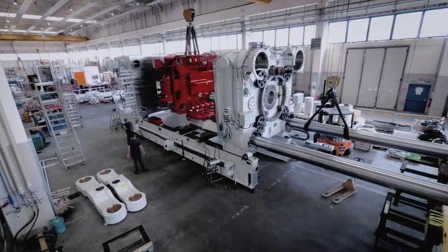 Tesla si affida al Made in Italy: il video delle Giga Press è impressionante