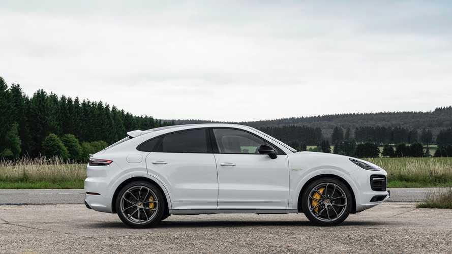 Вслед за «Панамерами» Porsche увеличил батареи гибридным «Кайенам»