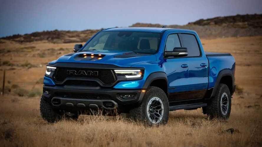 Bu Ram TRX'i bir Dodge Viper'ın üzerinden atlarken izleyin!