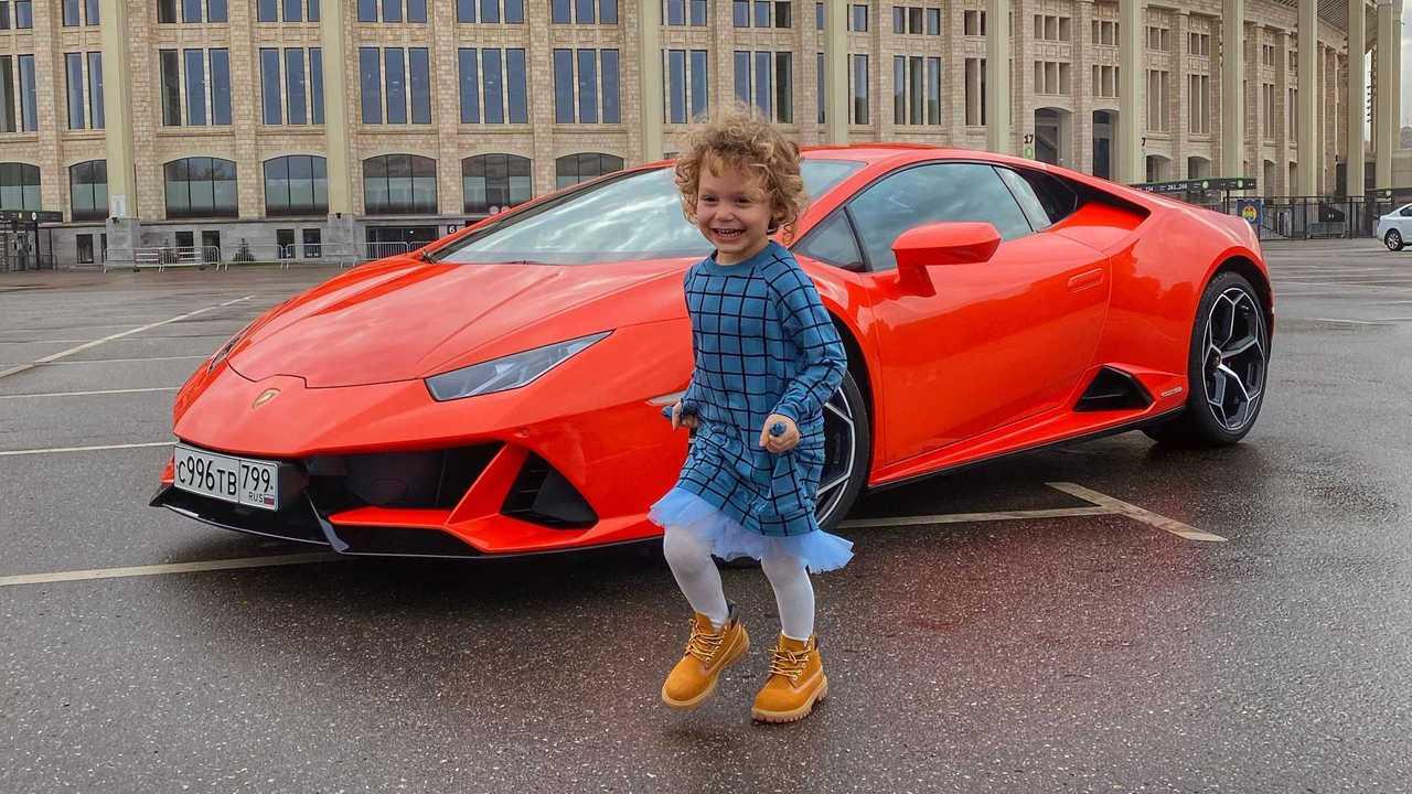 Lamborghini Huracan ребенок в машине