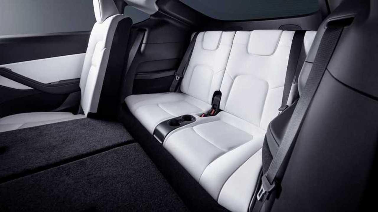 Tesla Model Y (2021): Die dritte Sitzreihe (Bildquelle: InsideEVs USA)