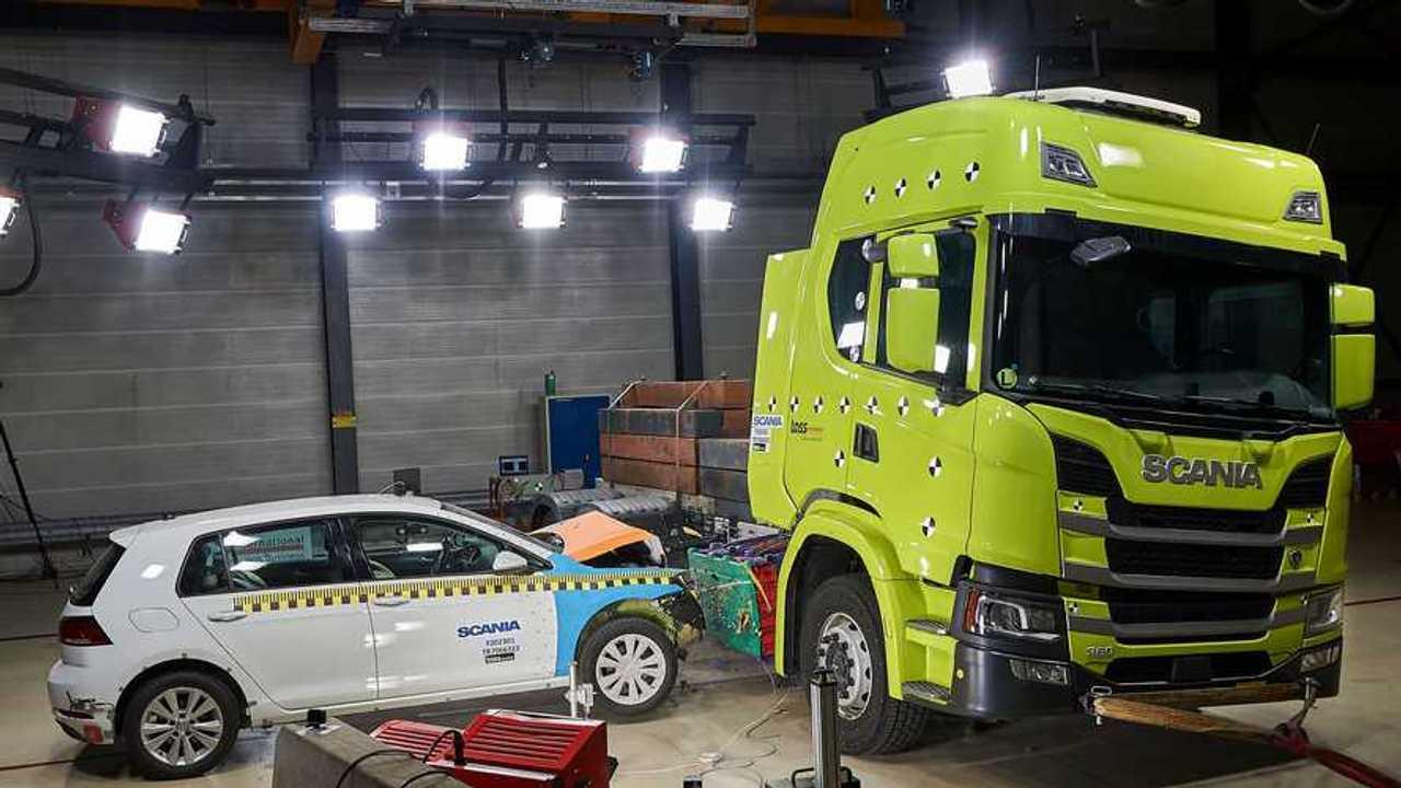 Crash testing di un camion elettrico Scania