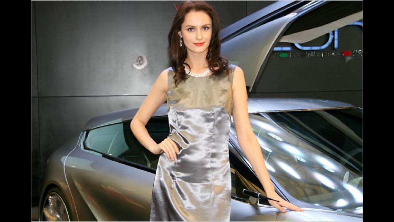 Die glänzenden Kleider von Autos und Damen schauen faszinierend aus