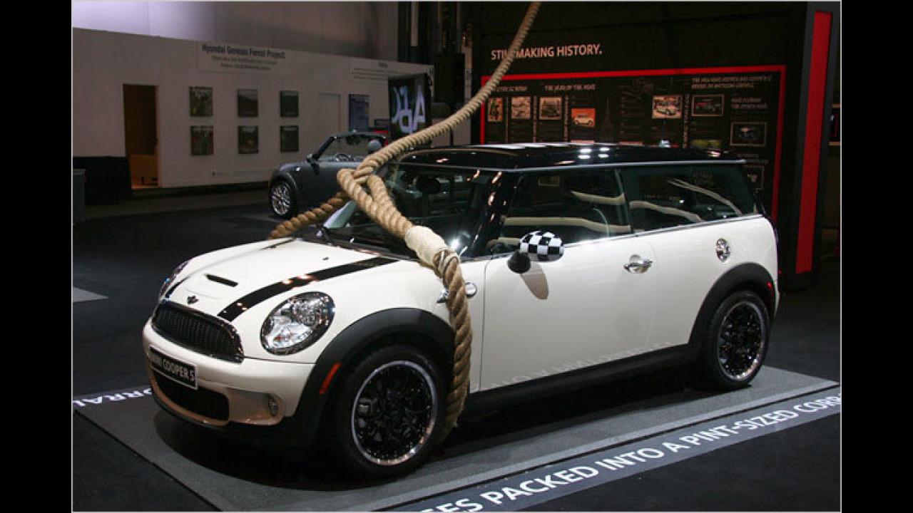 Au weia: Werden auf der Messe so oft Autos geklaut, dass sie derart festgebunden werden müssen?