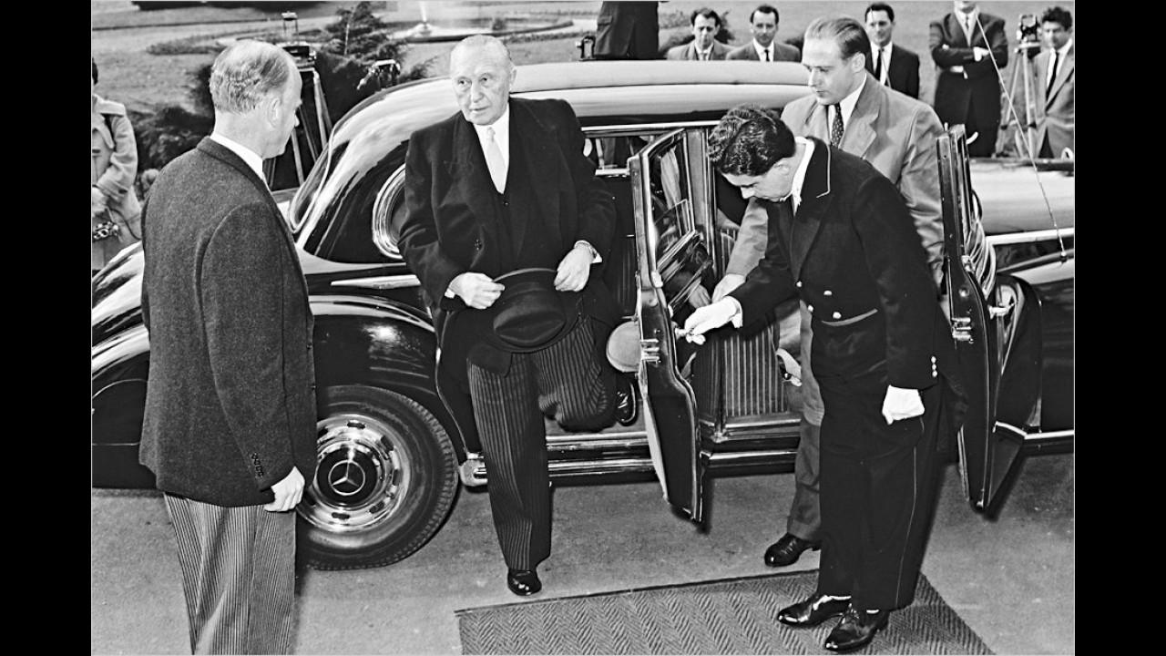 Der erste Bundeskanzler steigt im feinen Zwirn aus einem Mercedes 300d. Die Baureihe ging als