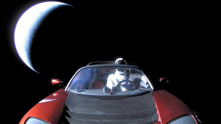 Elon Musk Csillagembere a Tesla Roadsterben ülve közelít a Mars felé
