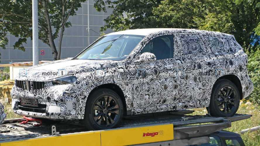 BMW X1 (2021): Erlkönig zeigt sich auf einem Anhänger