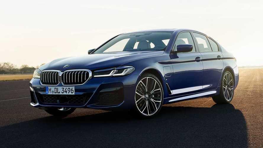 BMW Serie 5 restyling, l'evoluzione è mild hybrid e ibrida plug-in