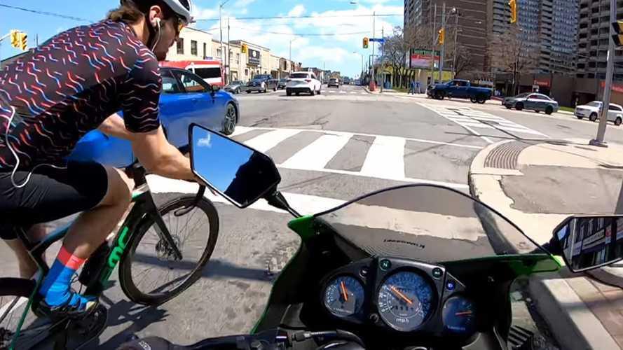 Videó: Egy motoros és egy kerékpáros ütközött, de ki a hibás?