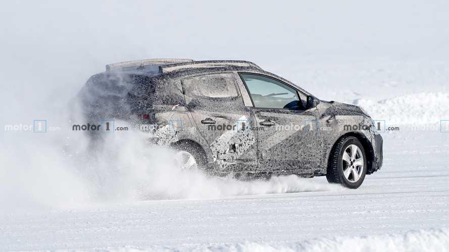Nuova Dacia Sandero Stepway, le foto spia di traverso sulla neve