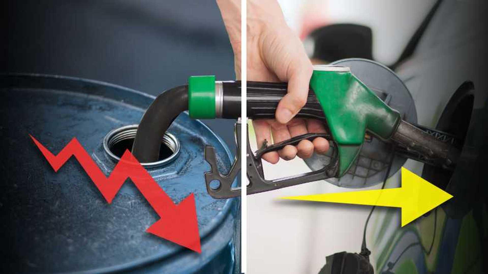 Crolla il prezzo del petrolio, ma non della benzina. Cosa succede?