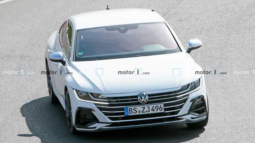 Már szinte teljes valójában körözget a Nürburgringen a Volkswagen Arteon R