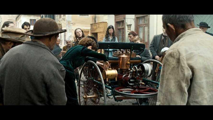 Látványos filmmel tiszteleg nőnap alkalmából a Mercedes Bertha Benz előtt