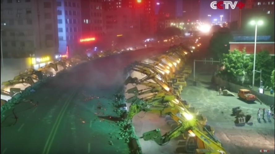 Cina, 116 scavatrici abbattono una strada in una notte [VIDEO]