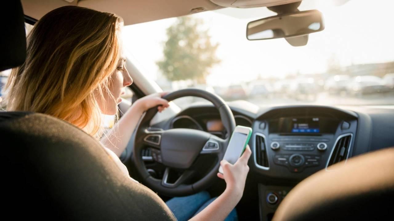 Smartphone in auto, l'Europa si muove