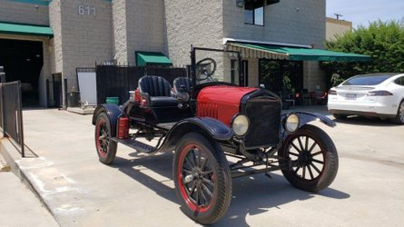 Someone needs to buy this 1925 ford model t speedster and preserve car history
