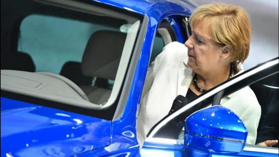 """Salone di Francoforte, Angela Merkel ai costruttori auto: """"Date lavoro ai migranti"""""""