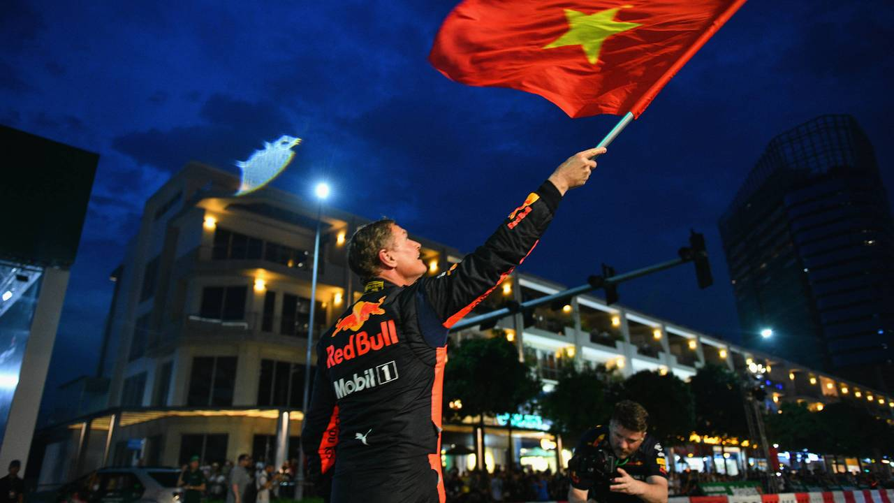 David Coulthard waves the Vietnamese flag during show in Ho Chi Minh 2018