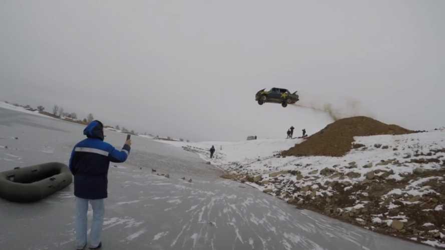 Befagyott tóba is csak oroszok ugrathatnak egy égő Ladával