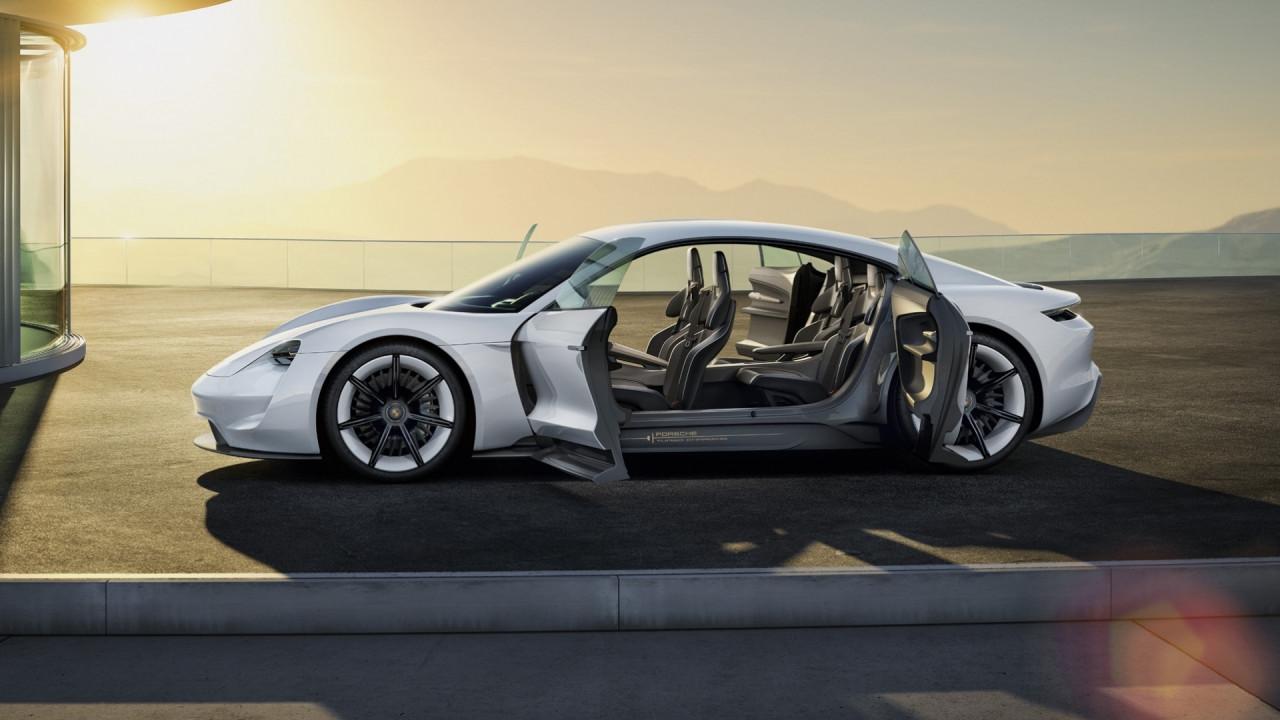 [Copertina] - Porsche, una su due sarà ibrida o elettrica entro il 2025