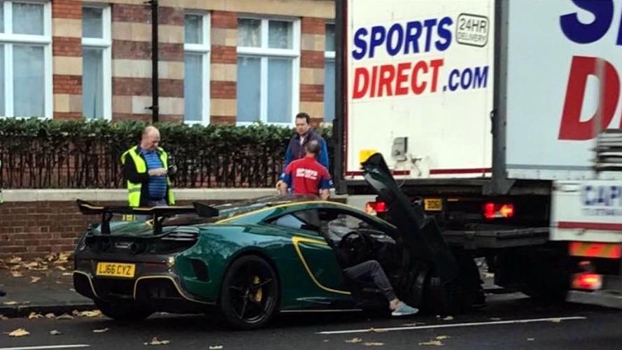 Bir aylık McLaren MSO HS kaza yaptı
