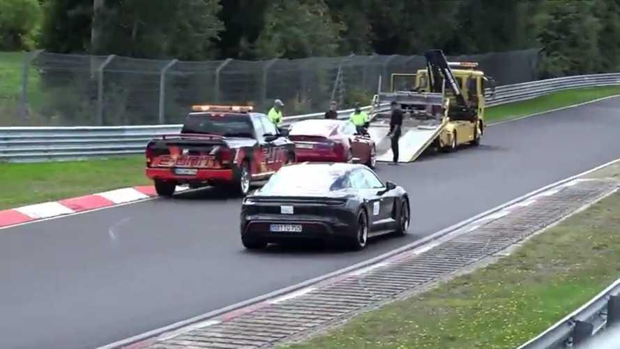 Videó: az első sorból nézte a Taycan, ahogy a Model S lerobban a Nürburgringen