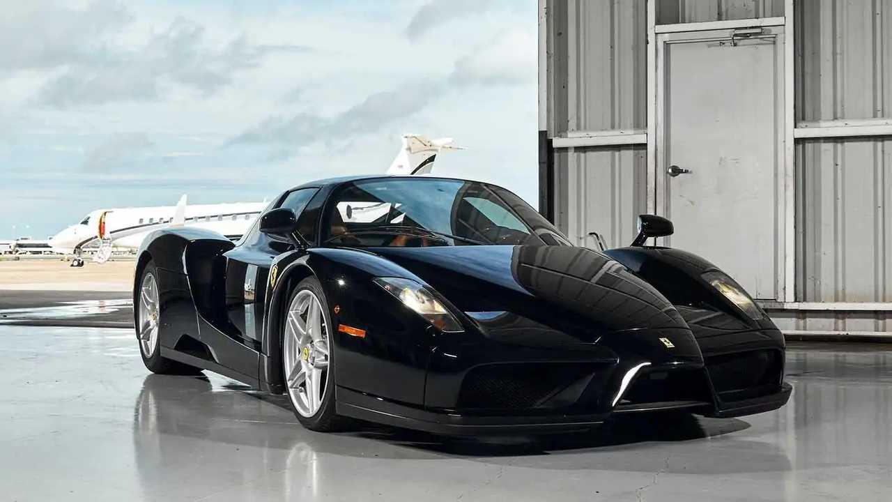Una Ferrari Enzo nera all'asta