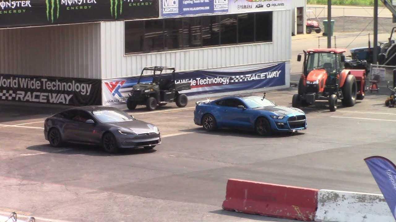 Tesla Plaid Model S vs 1,000+ HP 2020 Shelby GT500 Roll Race & Solo 1/4 Mérföld bérletek (forrás: Drag Racing és Car Stuff)