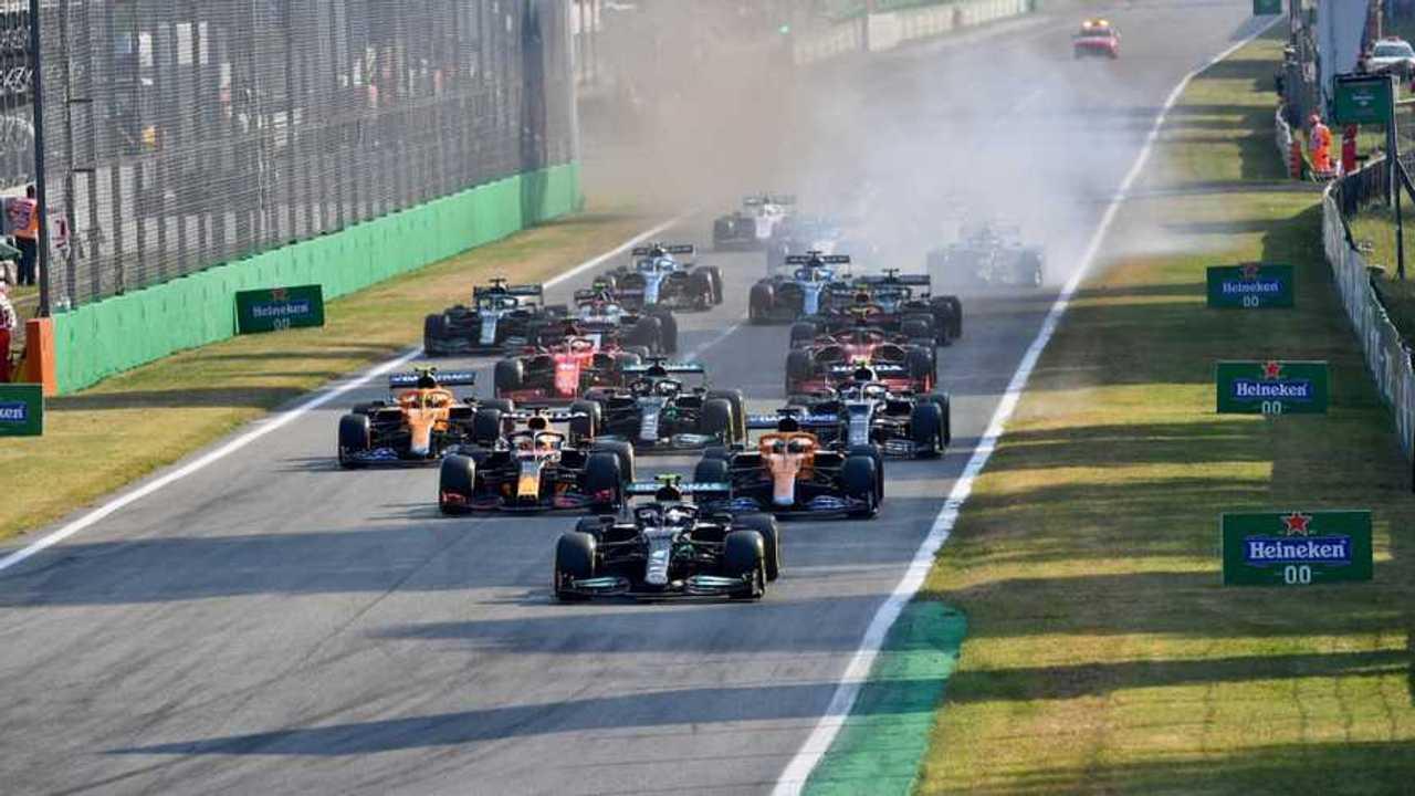 Valtteri Bottas, Mercedes W12, Max Verstappen, Red Bull Racing RB16B, Daniel Ricciardo, McLaren MCL35M, and the rest of the field at the start